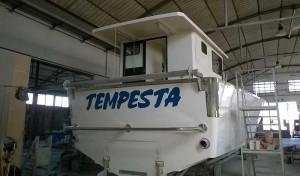 barca per piccola pesca tempesta